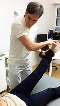 nachuntersuchung-wirbelsaeulenoperation. Dr. Stephan Emich, wirbelsäulenspezialist bei einer NAchuntersuchung 6 Wochen nach einer Wirbelsäulenoperation