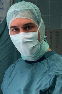Dr. Stephan Emich Spezialist für Wirbelsäulenchirurgie im Operationssaal bei einer Wirbelsäulenoperation