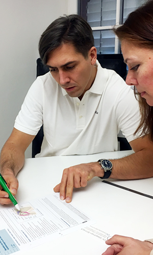 Wirbelsäulenspezialist Dr. Stephan Emich bei einer Operationsbesprechung mit Patientin vor einer Bandscheibenoperationoperationsbesprechung