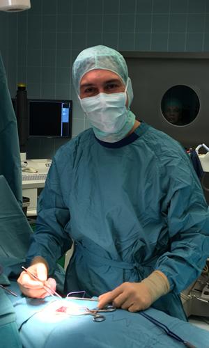 wirbelsaeulenchirurg-dr-emich stephan bei einer Wirbelsäulenoperation
